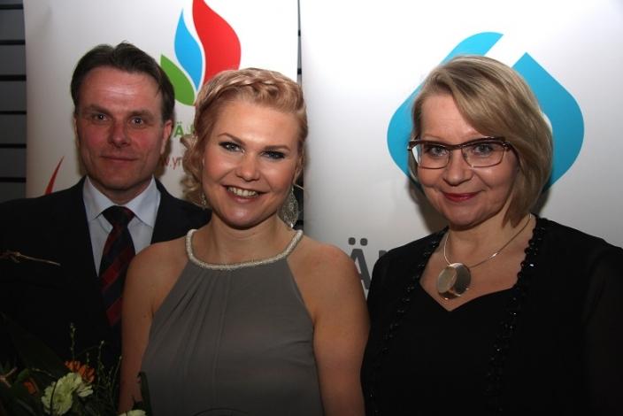 Kuvassa vasemmalla myyntijohtaja Pasi Aakula, LähiTapiolasta, Kultainen Oras Johanna Soilu sekä yhteyspäällikkö Anne Tammisto Elosta. (Kuva: Maria Ruuska / Kaskas Media)