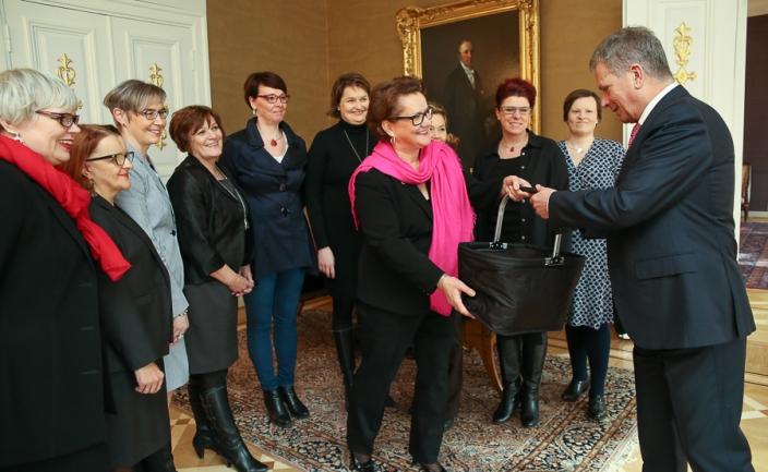 Tasavallan presidentti Sauli Niinistö tapasi Suomen Yrittäjänaisten hallituksen maaliskuussa 2015 Presidentinlinnassa. Kuva: Tasavallan presidentin kanslia.