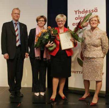 OP-ryhmän Harri Usmi ja Liisa Parikka onnittelemassa Terttu Liljaa, oikealle Mirja Erlund